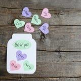 Frasco de papel com corações e presente do texto o melhor Corações do papel colorido com desejos Cartão feito do papel colorido e Imagem de Stock Royalty Free