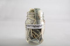 Frasco de pedreiro com dinheiro para a aposentadoria Imagens de Stock Royalty Free