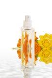 Frasco de perfume na água   fotos de stock