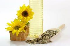 Frasco de petróleo com sementes do girassol foto de stock royalty free