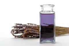 Frasco de petróleo essencial de Aromatherapy em uns termas Foto de Stock