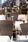 Frasco de petróleo verde-oliva no restaurante Imagens de Stock