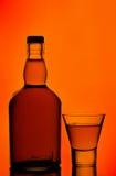 Frasco de uísque e vidro de tiro Fotografia de Stock Royalty Free