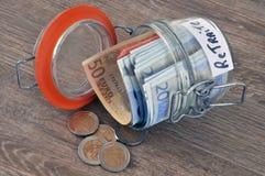 Frasco de vidro com algumas economias para a aposentadoria foto de stock