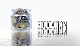 Frasco de vidro com as moedas no fundo branco Conceito da economia Imagem de Stock