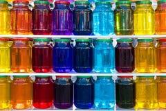 Frasco de vidro com líquido colorido Imagens de Stock