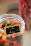 Frasco de vidro de feijões de geleia saborosos Foto de Stock