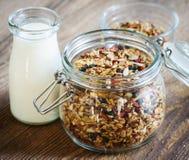 Frasco de vidro do granola e do leite Fotos de Stock