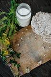Frasco de vidro do leite caseiro, pão estaladiço delicioso na tabela de madeira do fundo Imagem de Stock Royalty Free