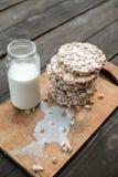 Frasco de vidro do leite caseiro, pão estaladiço delicioso na tabela de madeira do fundo Fotos de Stock Royalty Free