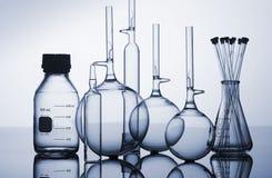 Frasco de vidro, garrafas e taças Fotografia de Stock Royalty Free
