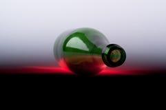Frasco de vinho verde no fundo branco Fotos de Stock Royalty Free
