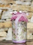 Frasco decorado com rosas e laço em um fundo de pedra Decoração Home Fotografia de Stock Royalty Free