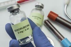 Frasco del tema del doctor con doxorubicin foto de archivo