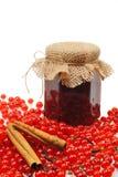 Frasco do atolamento caseiro da passa de Corinto vermelha com frutas frescas Fotografia de Stock Royalty Free