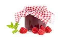 Frasco do doce de framboesa com o pano quadriculado vermelho isolado Imagem de Stock Royalty Free