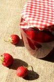 Frasco do doce de morango com morangos Fotografia de Stock