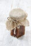 Frasco do doce do figo na tabela branca rústica Fotos de Stock Royalty Free