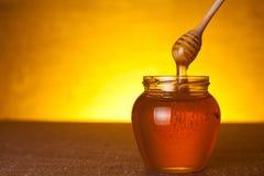 Frasco do mel com dipper foto de stock