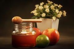 Frasco do mel com drizzler de madeira Foto de Stock Royalty Free