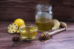 Frasco do mel com um drizzler de madeira Fotografia de Stock Royalty Free