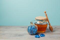 Frasco do mel e caixa do chocolate na tabela de madeira sobre a parede da hortelã Fundo judaico de Rosh Hashana do feriado Imagem de Stock Royalty Free