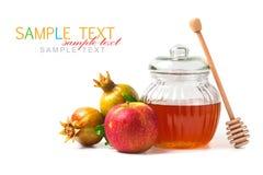 Frasco do mel e maçãs frescas com a romã no fundo branco Imagens de Stock