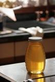 Frasco do mel no contador de cozinha Fotos de Stock Royalty Free