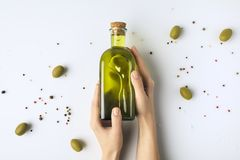 Frasco do petróleo verde-oliva fotos de stock