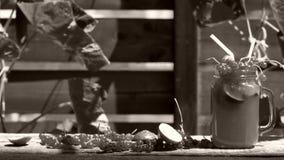 Frasco do suco de abacaxi fresco vídeos de arquivo