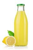 Frasco do suco de limão e de limões frescos Fotografia de Stock Royalty Free