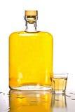 Frasco do Tequila e vidro de tiro Imagem de Stock
