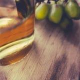 Frasco do vinho branco e das uvas Imagens de Stock