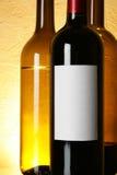 Frasco do vinho vermelho com etiqueta em branco foto de stock