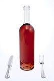 Frasco do vinho vermelho com faca e forquilha Fotografia de Stock Royalty Free