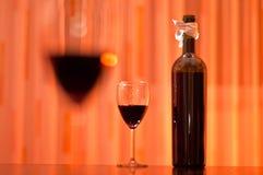 Frasco do vinho vermelho e dos vidros Fotografia de Stock Royalty Free