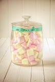 Frasco dos doces com marshmallows e a fita verde Foto de Stock Royalty Free