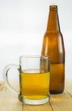 Frasco e caneca de cerveja Fotos de Stock
