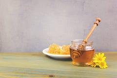 Frasco e favos de mel do mel na tabela de madeira Imagem de Stock Royalty Free