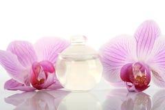 Frasco e orquídeas de perfume Foto de Stock