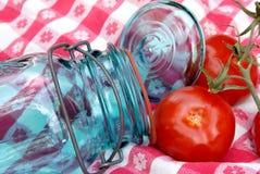 Frasco e tomates de colocação em latas do vintage da avó na videira Fotografia de Stock Royalty Free