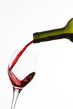 Frasco e vidro com respingo do vinho vermelho Foto de Stock