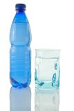 Frasco e vidro da água mineral Fotografia de Stock Royalty Free