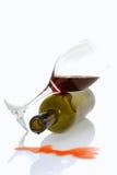 Frasco e vidro de vinho que descansam em seus lados Fotografia de Stock Royalty Free