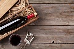 Frasco e vidro de vinho vermelho Fotografia de Stock Royalty Free