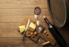 Frasco e vidro de vinho vermelho imagens de stock