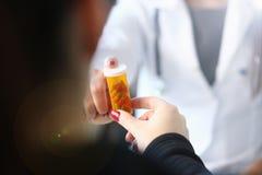 Frasco f?mea da posse da m?o do doutor da medicina dos comprimidos e foto de stock