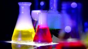 Frasco químico con las sustancias químicas almacen de video