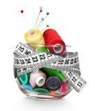 Frasco, teclas, agulha e skeins de vidro da linha Imagem de Stock