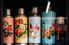 Frasco termo chino del diseño del vintage con la pantalla o del estampado de plores Foto de archivo libre de regalías